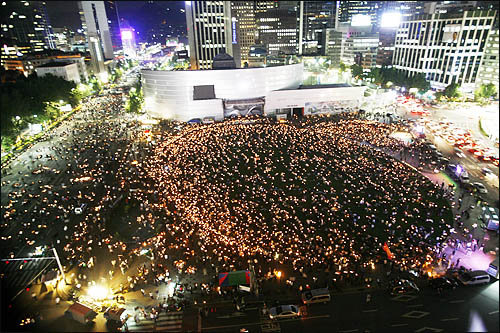 20090529 mourners gather again in the evening at SEOUL Plaza on return route to presidential Blue House